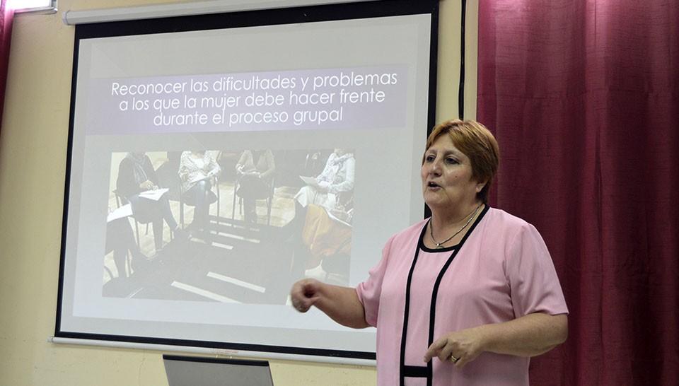 La experta en violencia doméstica, Malena Manzato, impartió una charla a personal de GEDEON.