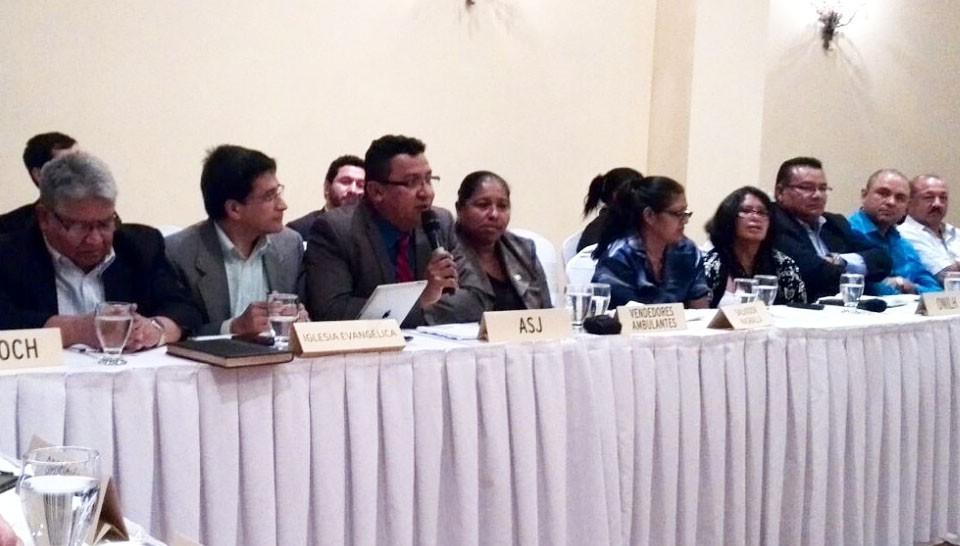 Carlos Hernández, director de ASJ, en la mesa de diálogo de la sociedad civil.