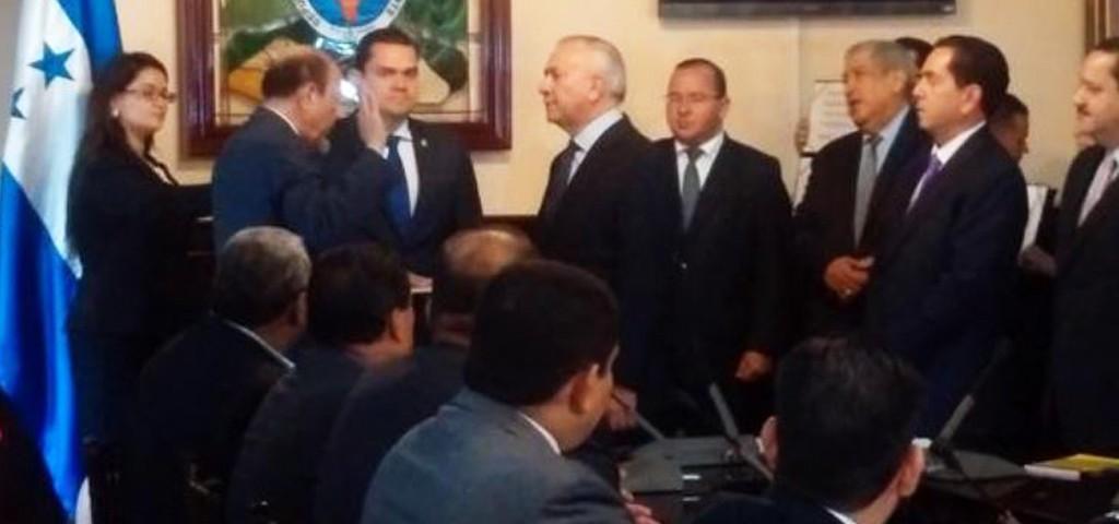 Los miembros de la Junta Nominadora fueron juramentados por el presidente del Congreso Nacional, Mauricio Oliva.