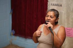 """Doña María relató ante el resto de padres cómo """"Familias Fuertes"""" cambió su vida."""