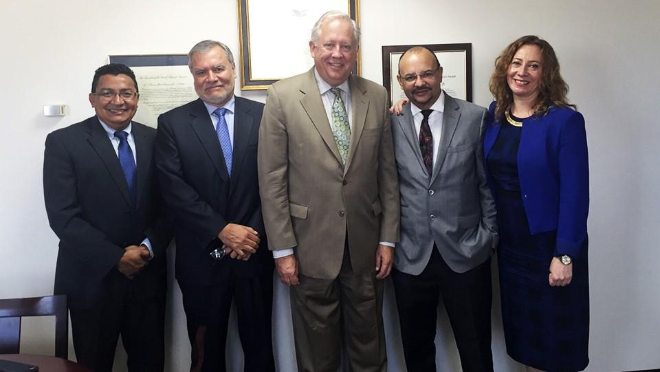 Carlos Hernández, presidente ejecutivo de ASJ, junto al consejero del Departamento de Estado, Thomas Shannon y otros funcionarios.