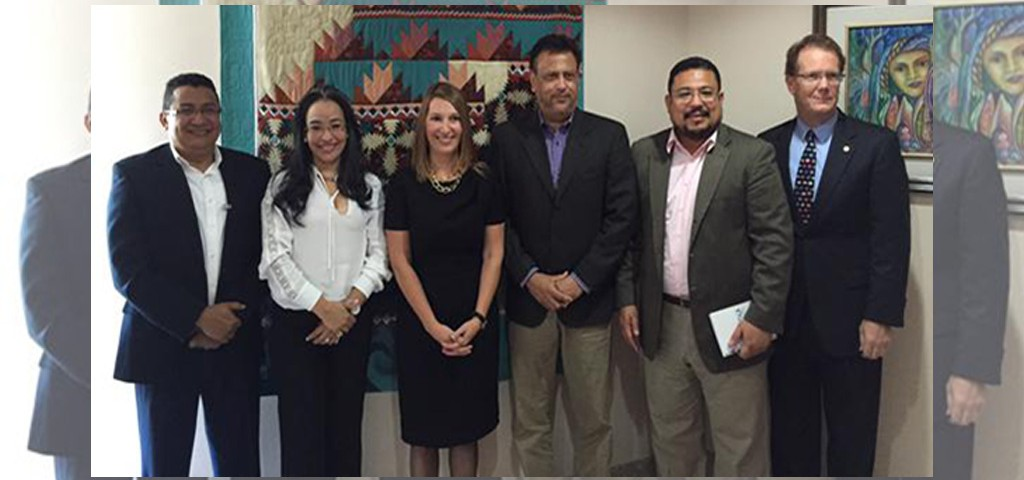 Líderes de la sociedad civil hondureña junto a la subsecretaria de Estado y embajador de Estados Unidos.