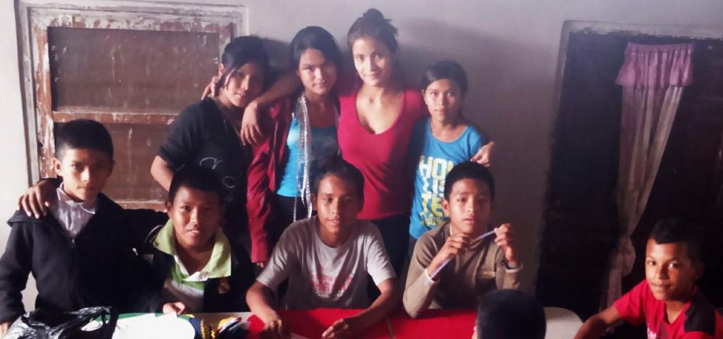 Stefany Canales junto a los niños del Club de Impacto que lidera.