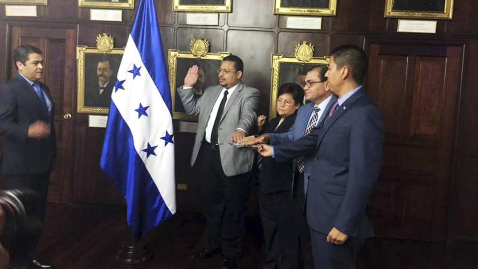 Omar Rivera, coordinador de APJ, juramentado como miembro de la Comisión de Depuración Policial.