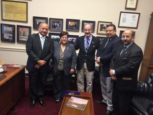 Los miembros de la Comisión junto al congresista Eliot Engel.
