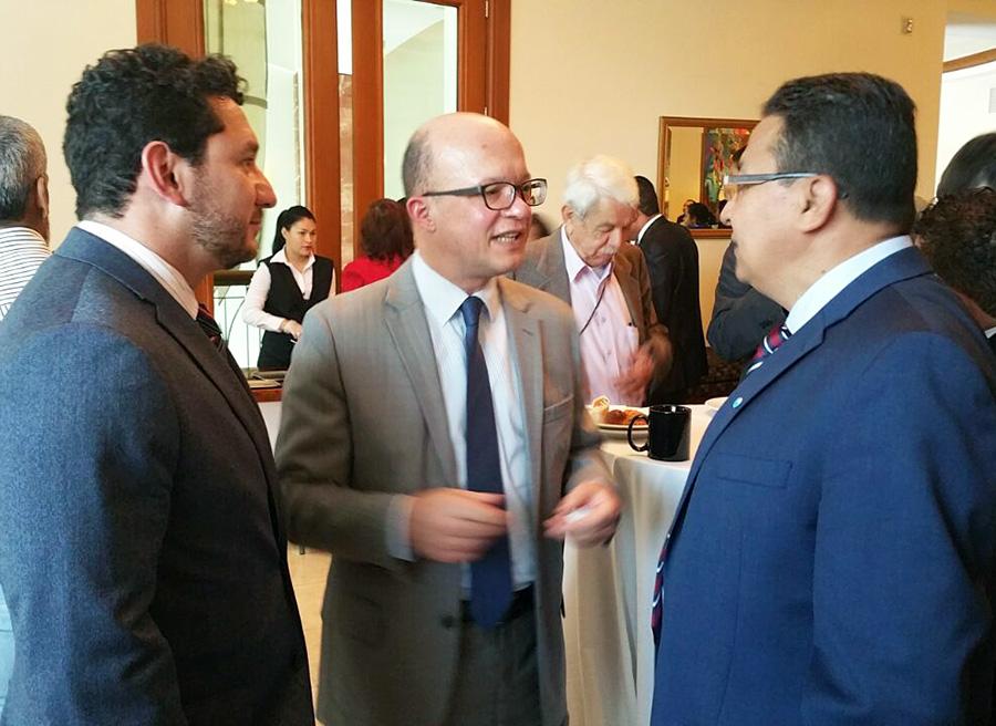 Jan Michael Simons de la MACCIH junto al presidente ejecutivo de la ASJ, Carlos Hernández, y el coordinador de Investigaciones Lester Ramírez.
