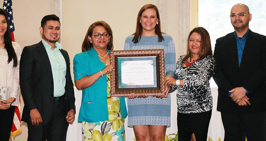 Miembros del equipo de ASJ reciben el Certificado de Desarrollo Organizacional emitido por Counterpart International.